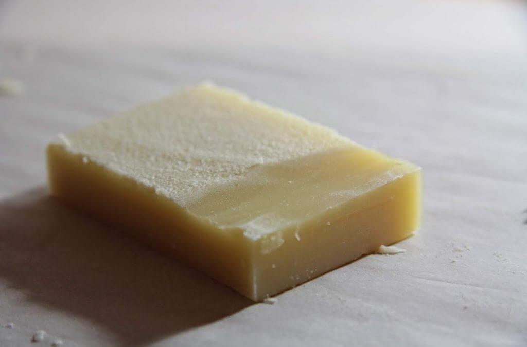 Sodný prach aneb mýdlo s bílým povlakem – co s tím?